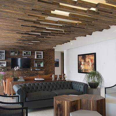 Un departamento acogedor revestido por la madera
