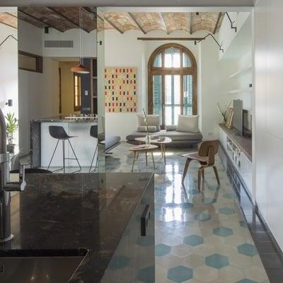Una casa que usa espejos para multiplicar sus espacios
