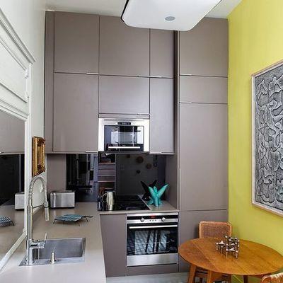 Cocina decorada con pared amarilla