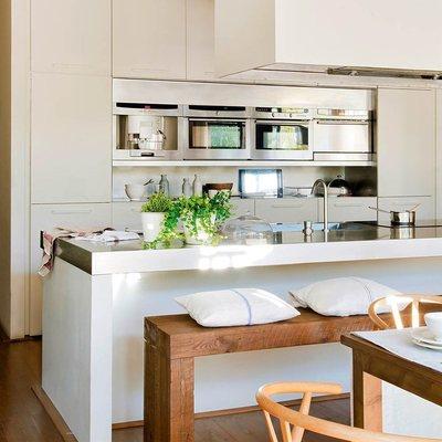 Cocina grande con electrodomésticos de acero inoxidable