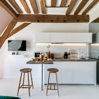 Cocina mini integrada en un ático