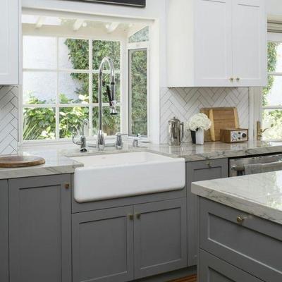 Cocina con muebles color gris y llave monomando