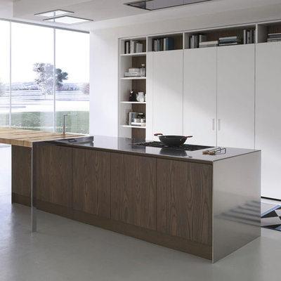 Cocina oculta blanca y madera oscura
