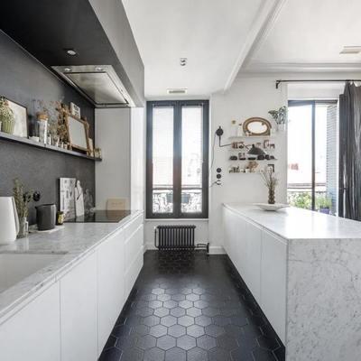 Cocina con pared y piso en color negro