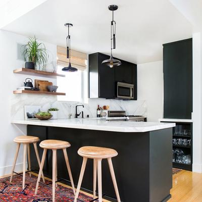 cocina con barra y bancos