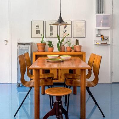 Comedor con piso epóxico azul