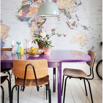 Comedor rústico con mapamundi en la pared