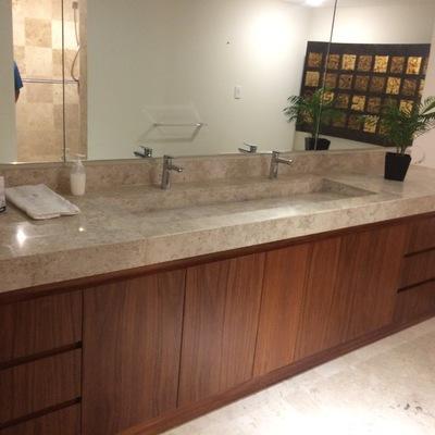 Suministro y colocación de cubierta para baño y recubrimiento de pisos y muros en Marmol