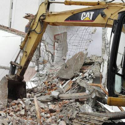 Demolición de casa habitación antigua para iniciar nuevo proyecto.
