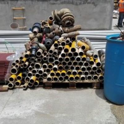Desmantelamiento y estibado de tubería de pvc distintos diámetros.