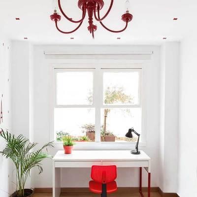 Escritorio de la recámara en tonos blanco y rojo