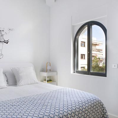 cuarto con cama y ventana