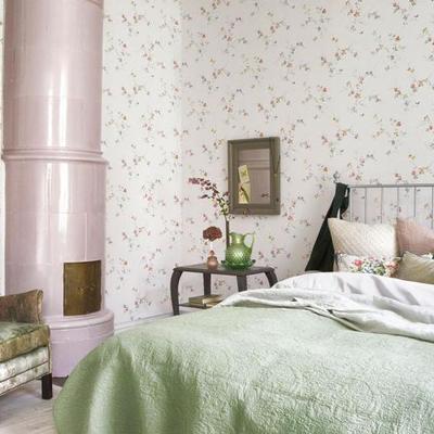 dormitorio con pape de flores