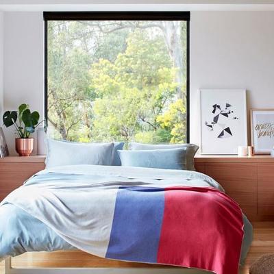 cuarto con ventanas grandes