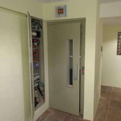 Elevador residencial para 2 personas para 4 niveles, a una velocidad de 1.00 m/seg MRL