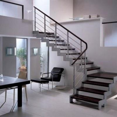 Escaleras de herrería con huellas de madera
