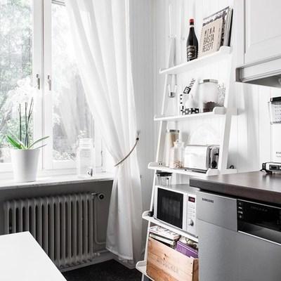 Cocina con estantería inclinada