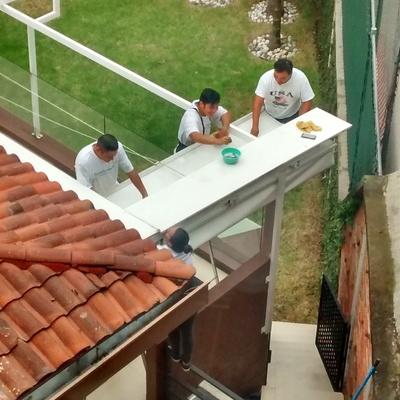 Fabricación y montaje de techo retráctil.