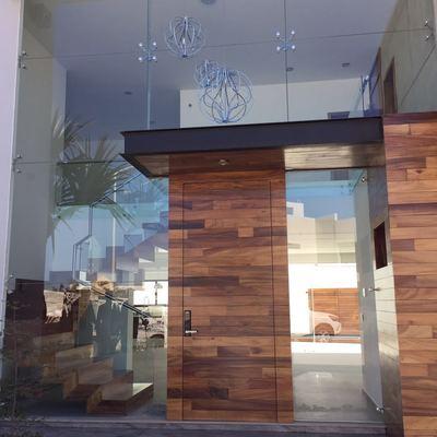 fachada principal de vidrio