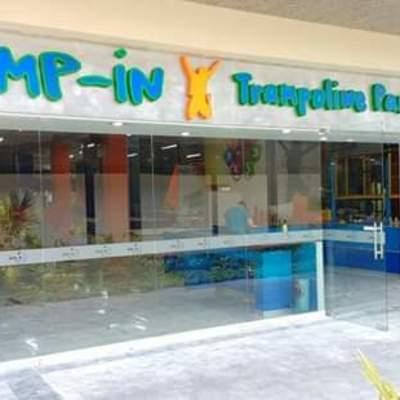 Colocación de fachada de vidrio templado y canceleria de aluminio para Jump-in