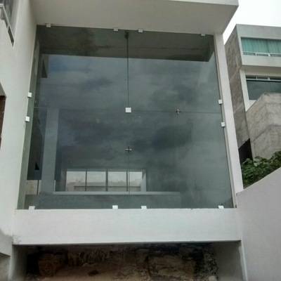 Fachada de cristal templado