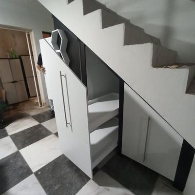 Mueble para aprovechar espacio de escaleras