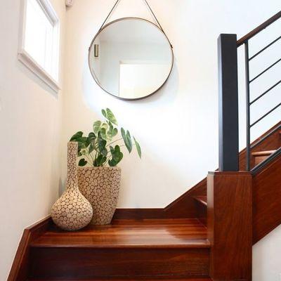 Escalera de madera con espejo y plantas