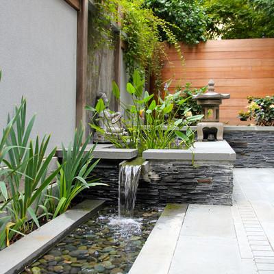 Fuente de piedra en el patio