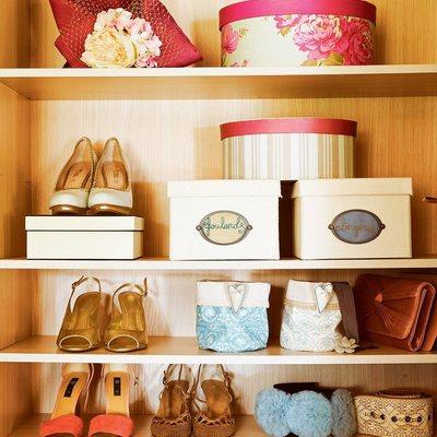 Estantería y cajas para guardar zapatos y accesorios