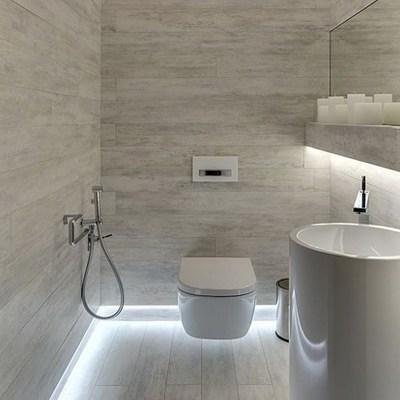 Baño con iluminación en el piso