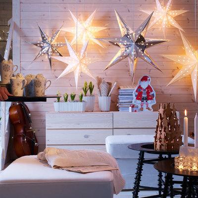 Iluminación navideña con estrellas y velas