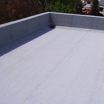 Impermeabilización con productos prefabricados color blanco fresco.