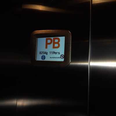 Instalación de ascensor MRL para 11 personas para 3 niveles con doble desembarque, Frontal y Posterior