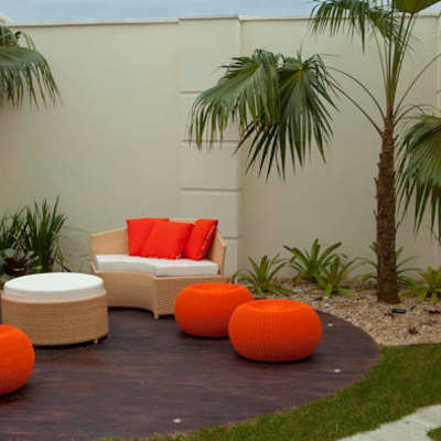 Jardín con sofas de colores