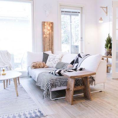Sala con piso laminado y acabados de madera
