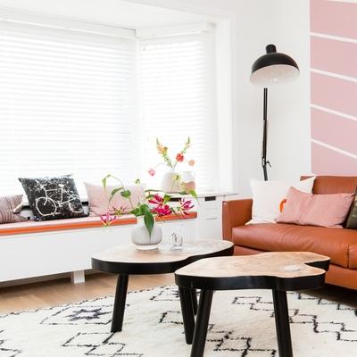 Sala con lámpara de pie y plantas