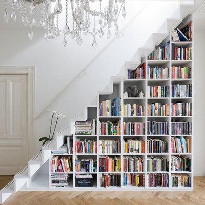 Librero construido bajo la escalera