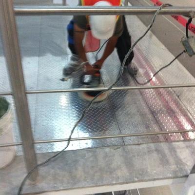 Pulido de piso de metal anti derrapante en axa yazaki