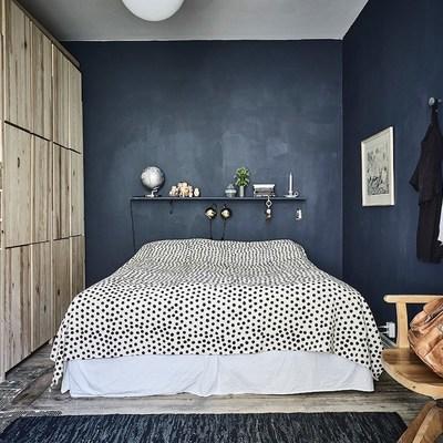 Recámara pintada de azul con decoración de madera