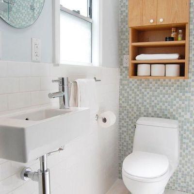 baño con gabinete de madera
