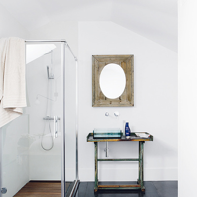 Mesa reciclada convertida en mueble de baño