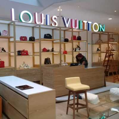 Palacio de Hierro Louis Vuitton Queretaro, colocación de vitrinas con lámpara UV