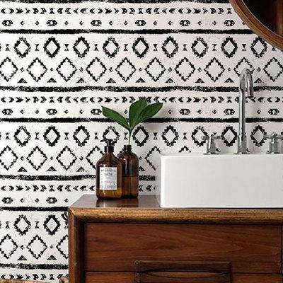 Baño con paredes de papel tapiz