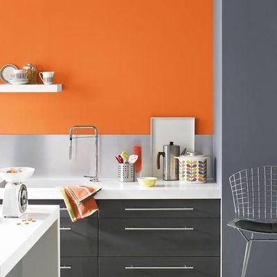 Pared de cocina pintada de naranja