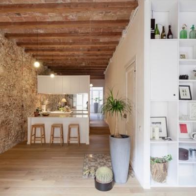 Pared de piedra en interior de casa