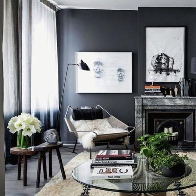 habitación con pared negra