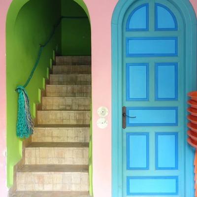 Escaleras con paredes pintadas en Greenery
