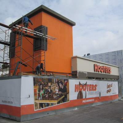 hooters plaza central