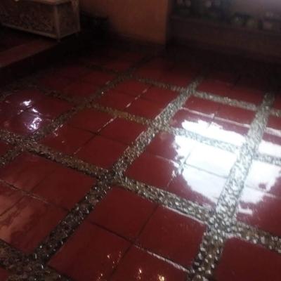 Mejora de piso de tablillas de tabique con piedra de río