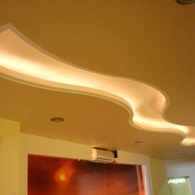 diseño de plafon de tabla roca con cajillos de luz indirecta en area de pasillo de oficinas